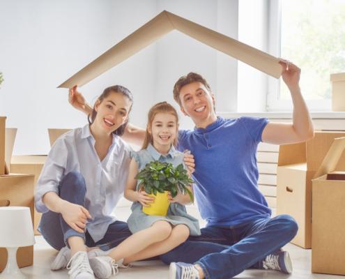 eine glückliche familie frisch beim umzug. durch die hausrat- und privathaftpflicht versicherung sind sie optimal geschützt.