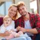 Vorsorge: Junge Familie mit Baby denkt an ihre Vorsorge Versicherung.