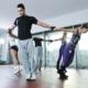 Gesundheitsvorsorge: Männer und Frauen bei Gymnasiktübungen, die zur Gesundheitsvorsorge dienen. Eine Absicherung erfolgt bei der V&V Consulting GmbH.