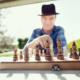 Investment: Ein Mann denkt über seinen nächsten Zug im Schach nach.