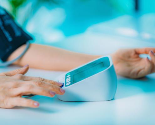 Kranken- und Unfalltag Bluthochdruckmessung beim Arzt. Eine Absicherung für alle Fälle sollten Sie mit einer Kranken- und Unfalltaggeld Versicherung bei V&V Consulting GmbH treffen.