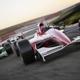 Motorsportversicherung: Ein roter Formel 1 Wagen auf der Piste mitten im Rennen.