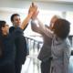 Pensionskasse BVG: Vier Menschen geben sich ein High-Five. Ihre Pensionskasse BVG ist bei V&V Consulting GmbH in besten Händen.