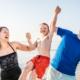Rechtsschutz: Familie am Strand, heben ihren Sohn glücklich hoch.