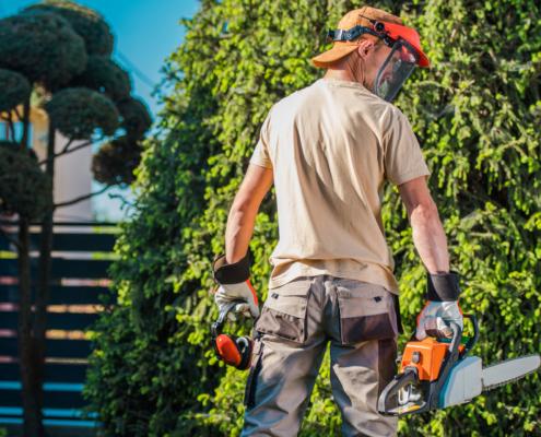 Eine Unfallversicherung für Selbstständige schützt für alle Fälle. Der Mann auf dem Bild ist mit Arbeitsschutz gut ausgestattet, aber für den Fall der Fälle muss vorgesorgt sein.